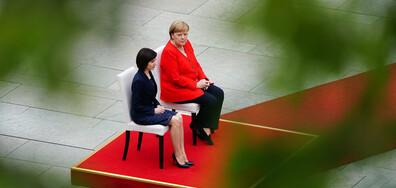 Заради тремора: Меркел седи при изпълнение на национални химни (СНИМКИ)