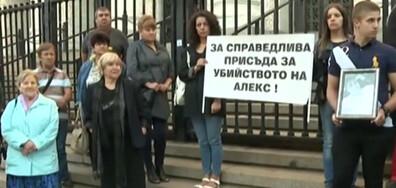 Роднини на убития Алекс от Бяла отново на протест