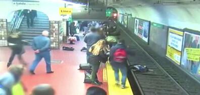 Мъж припадна и бутна жена пред метрото в Буенос Айрес (ВИДЕО)