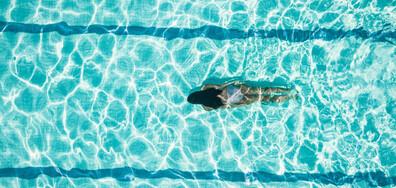 Плувкиня показа ефектното си тяло в бял бански (СНИМКА)