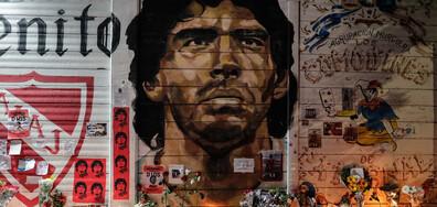 Трима мъже шокираха света с усмихнати снимки до тялото на Марадона (СНИМКИ)