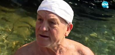 ПОСРЕД ЗИМА: Възрастен мъж се къпе в леденостудените води на Черно море (ВИДЕО)