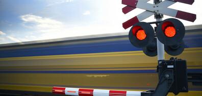 Влак блъсна кола на жп прелез, две жени са в болница