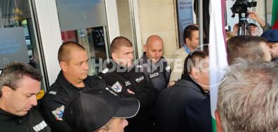 Протестиращи опитаха да нахлуят в Министерство на енергетиката (СНИМКИ)