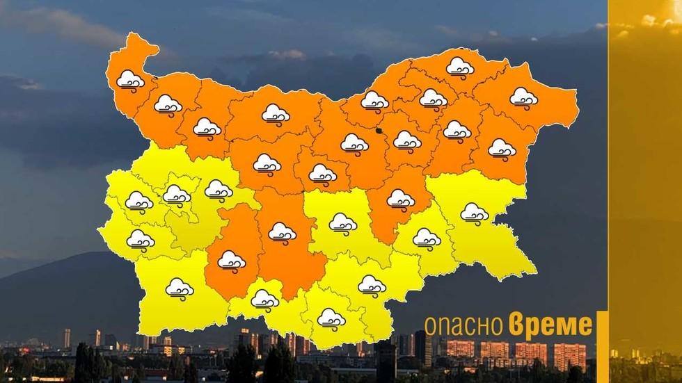 Оранжев код за опасен вятър в половин България утре