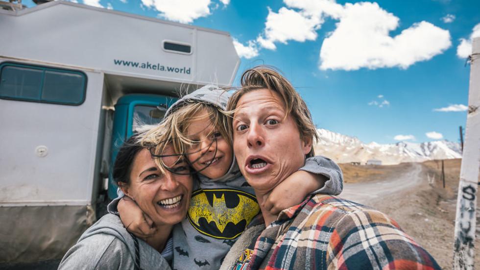 Семейство продаде имота си, за да обиколи света със стар камион (ГАЛЕРИЯ)