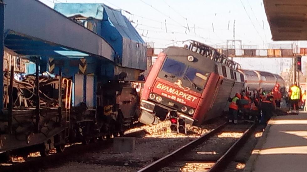 f139a25a450 Вдигат дерайлиралия влак в Пловдив (ВИДЕО) - NOVA