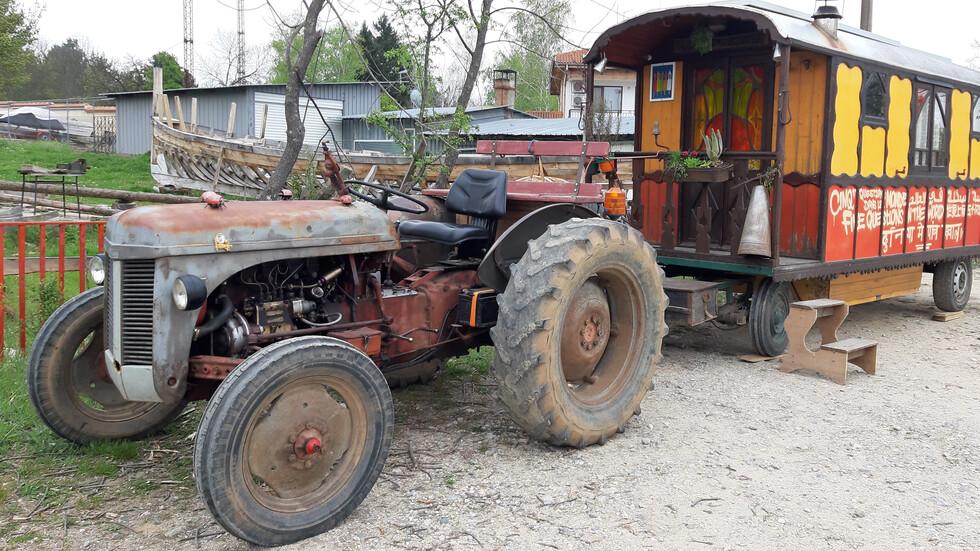 Французин обикаля света с трактор с 25 км в час (ВИДЕО+СНИМКИ)