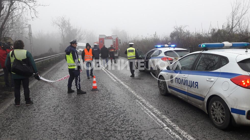 Тежка катастрофа с два микробуса край Русе, има пострадали (СНИМКИ)