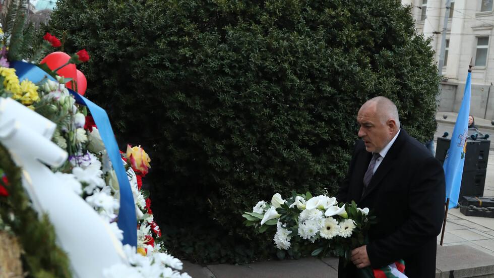 Борисов поднесе цветя пред паметника на Апостола (ВИДЕО+СНИМКИ)