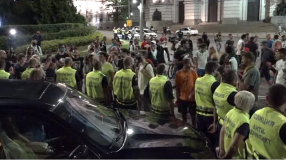 Напрежение пред СУ: Кола удари протестиращ (ВИДЕО) - NOVA