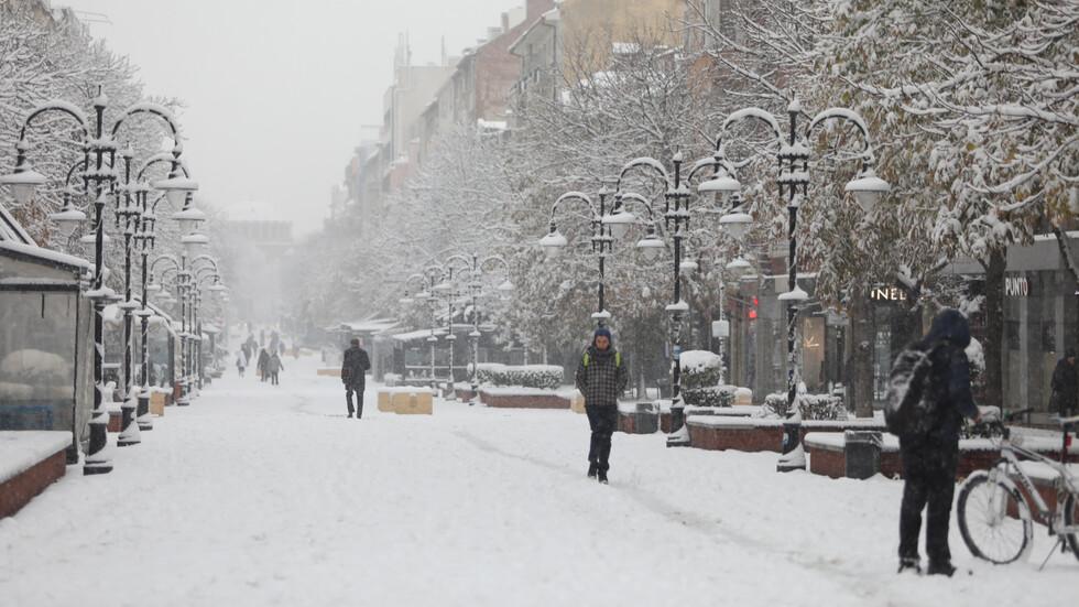 """ОТ """"МОЯТА НОВИНА"""": Сняг заваля на много места в страната (ВИДЕО+СНИМКИ)"""