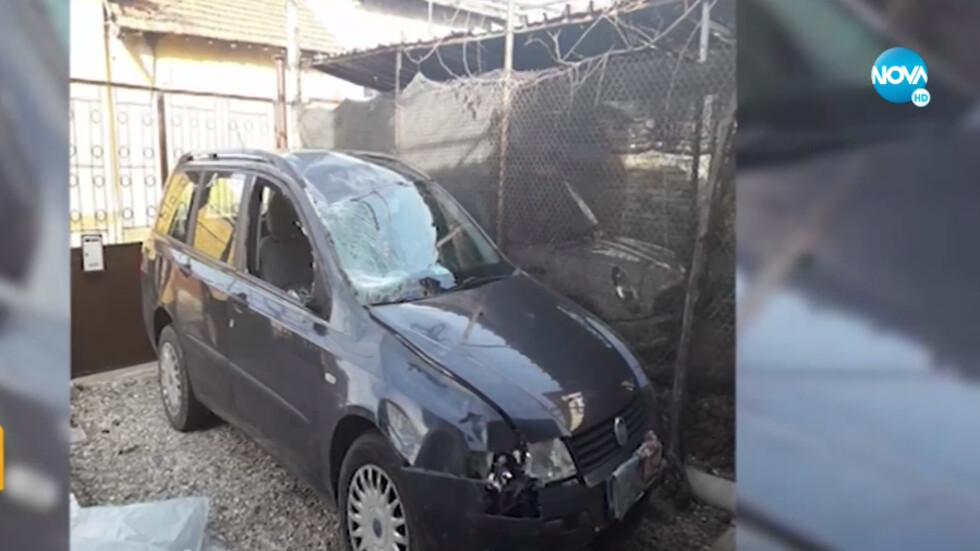 Кола за скрап след катастрофа с безпризорен кон (ВИДЕО)