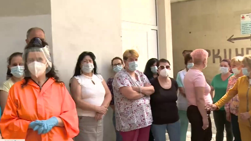 Спешни медици в Благоевград протестираха заради неполучени бонуси за борба с Covid-19