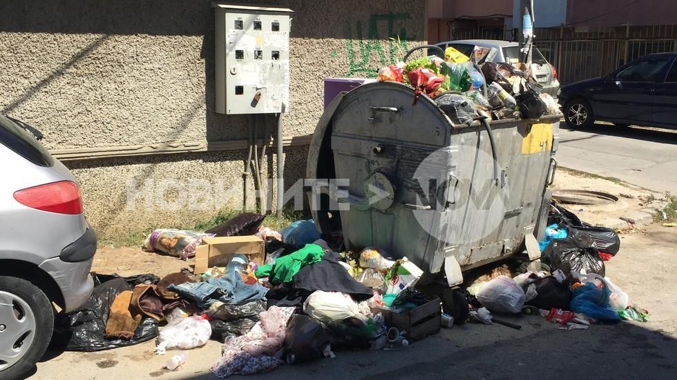 Препълнени контейнери в Цветния квартал на Варна