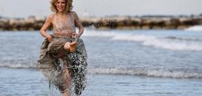 Звезди в морето вместо на червения килим на кинофестивала във Венеция (СНИМКИ)
