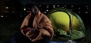 """Антон, Стоян и Велко на палатка пред блока на """"Апартамент 404"""""""