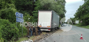 Шофьор загина при тежка катастрофа между бус и тир във Врачанско (ВИДЕО)