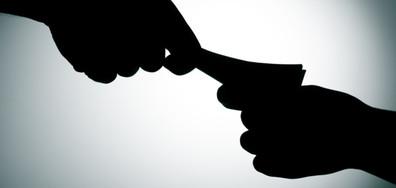 Задържаха жена, дала подкуп на полицай в Златоград