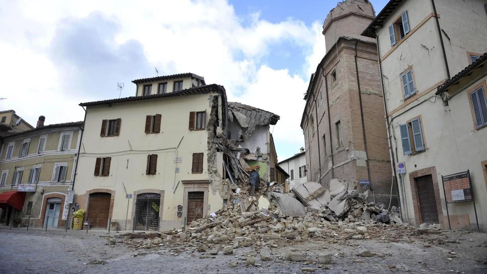 Камери заснеха как сгради рухват за секунди при унищожителните трусове в Италия (ВИДЕО+СНИМКИ)