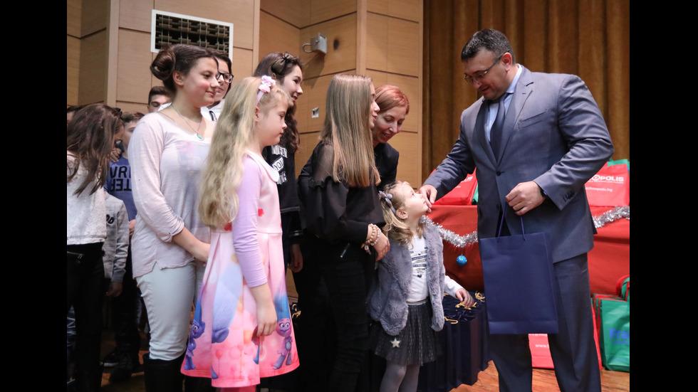 Деца на загинали служители на МВР получиха коледни подаръци
