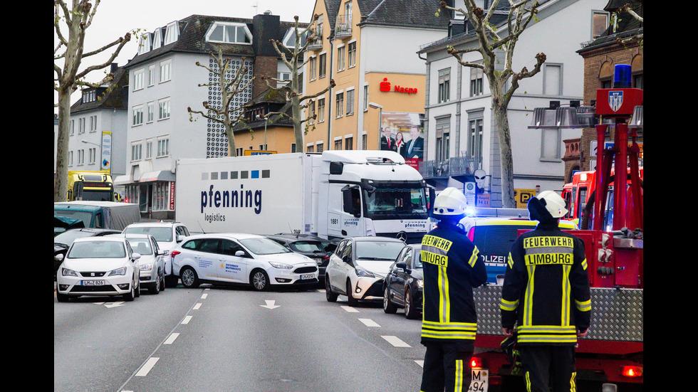 Камион помете 8 коли в Германия, 17 души са ранени