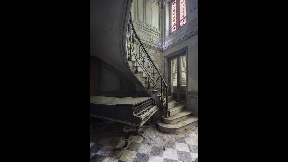 Фотограф обикаля света, за да търси изоставени пиана