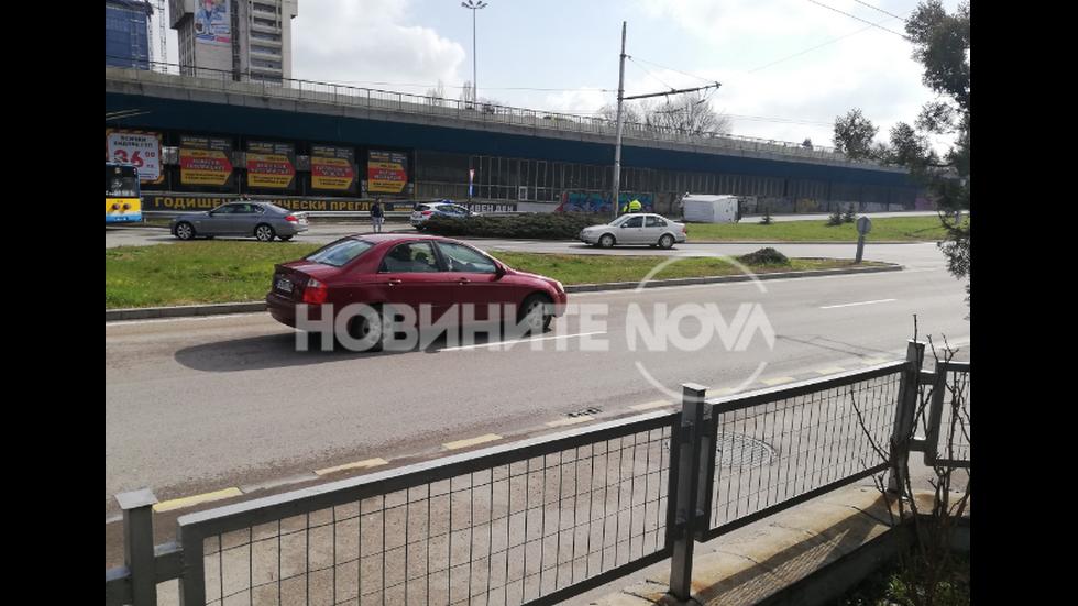 Бус се преобърна на кръговото на 4 км в София