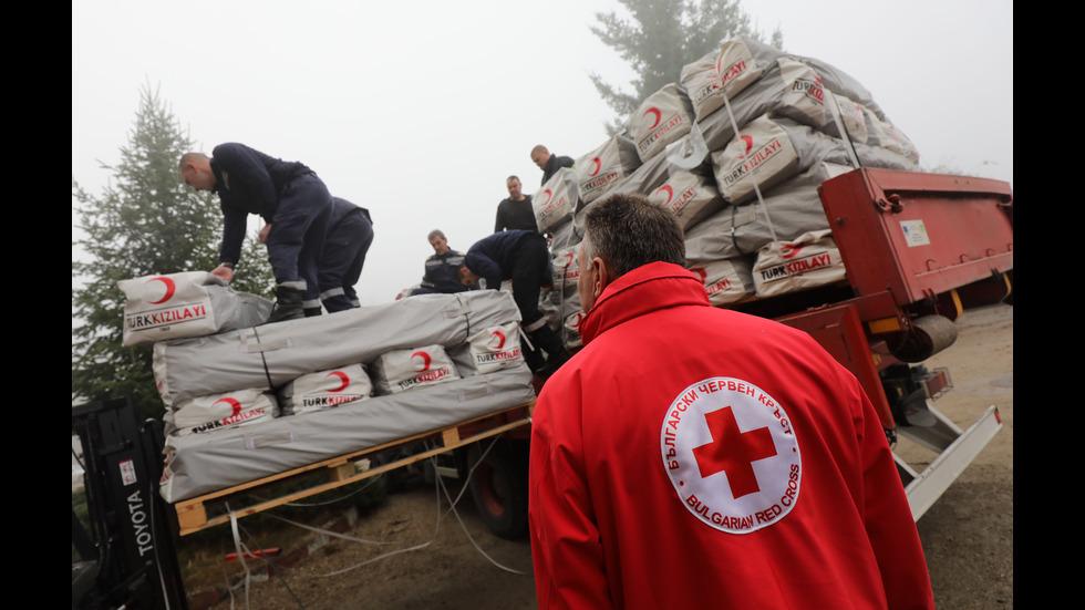 Пожарникари и работници от БЧК натовариха помощите за Албани
