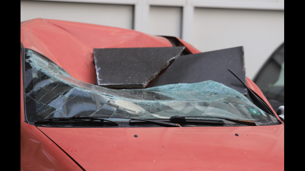 Плоча падна и смачка автомобил в София