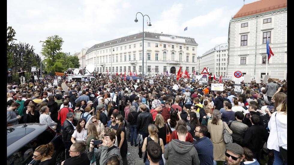 Хиляди на протест след оставката на австрийския вицеканцлер