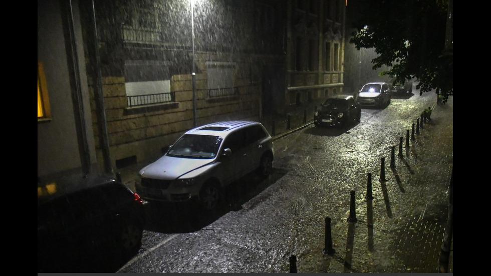 Бурята в София наводни улици, мазета и подлези