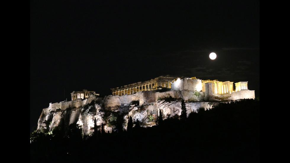 """Луната поднесе пореден """"небесен спектакъл"""""""