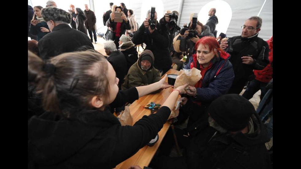 Мая Манолова и златните момичета дариха топла храна на бедни хора