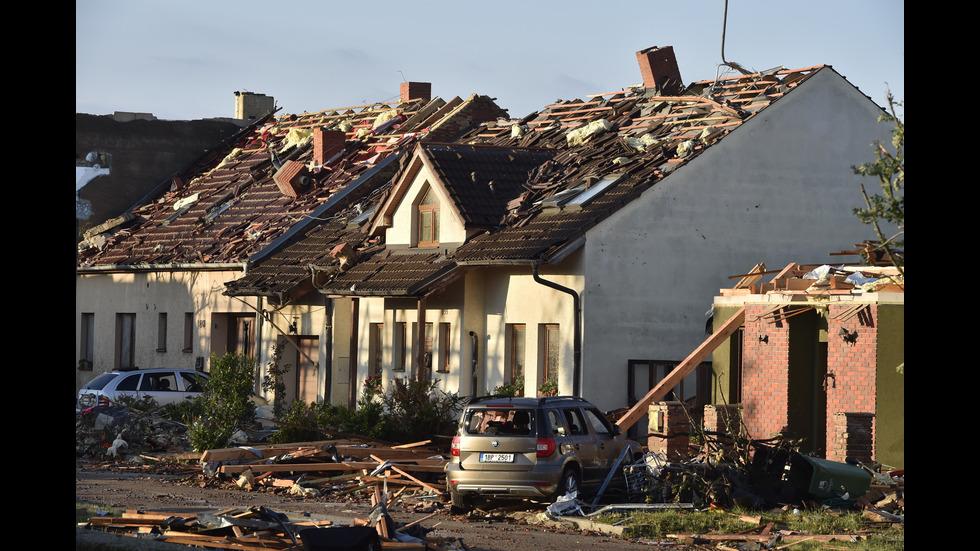 РЯДЪК ФЕНОМЕН: Торнадо удари Чехия, има жертви и ранени