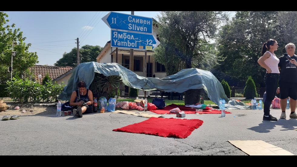 ДЕНОНОЩЕН ПРОТЕСТ: Блокадата между Ямбол и Сливен продължава