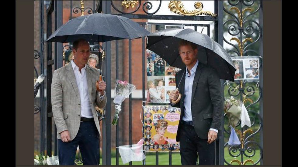 Принцовете Уилям и Хари се поклониха пред паметта на майка си
