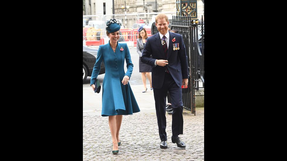 С широки усмивки и без Уилям и Меган: Кейт и Хари заедно на църковна служба