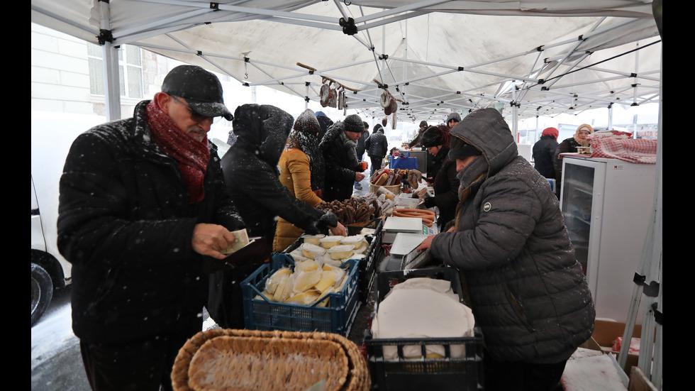 Обилният снеговалеж затвори Коледния фермерски базар