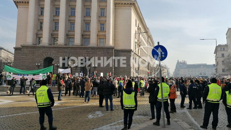 Протест на перничани блокира центъра на София