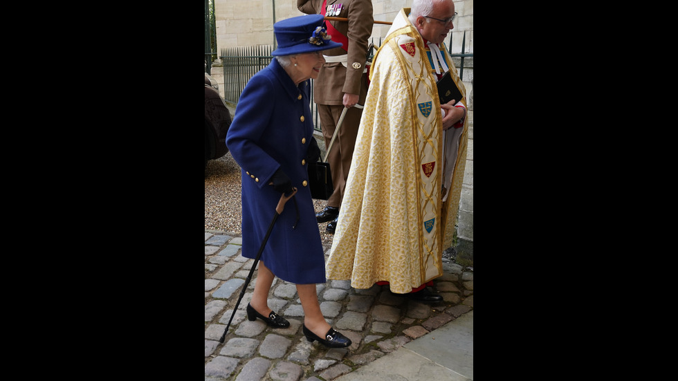 Кралица Елизабет Втора се появи с бастун на обществено място