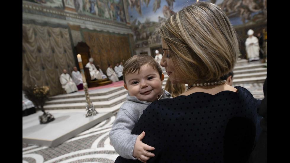 Папата кръсти 32 бебета в Сикстинската капела