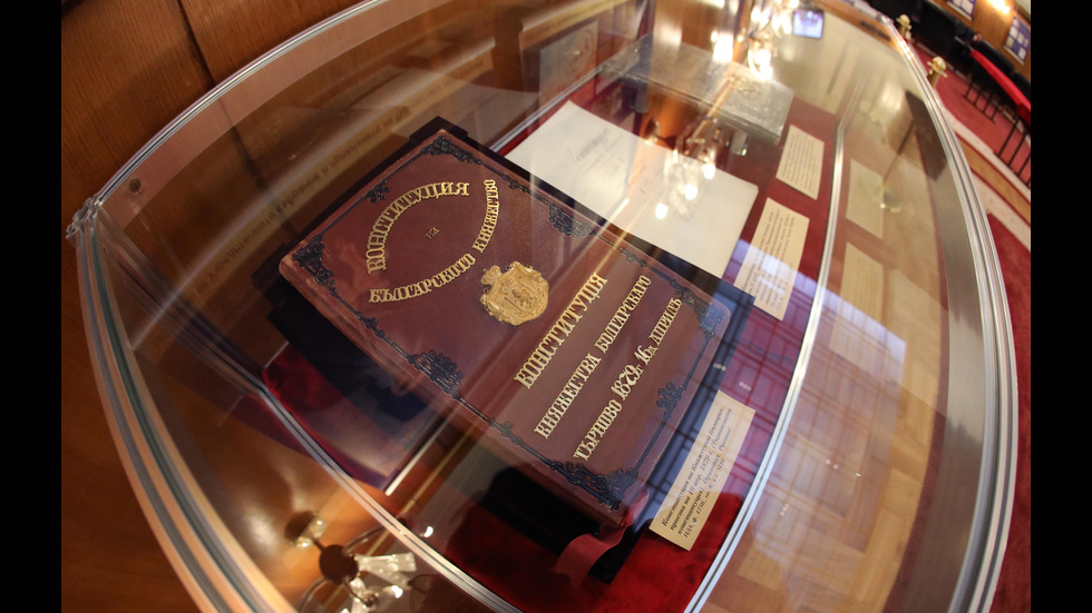Изложба в НС представи оригиналите на Търновската и на Сребърната конституция