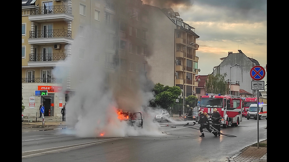 Кола изгоря насред столичен булевард