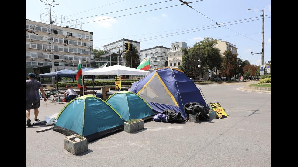Палатковият лагер пред СУ е възстановен
