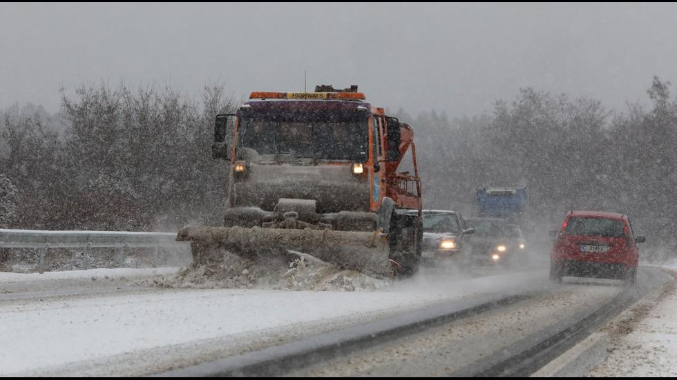 Обилни снеговалежи на много места в страната