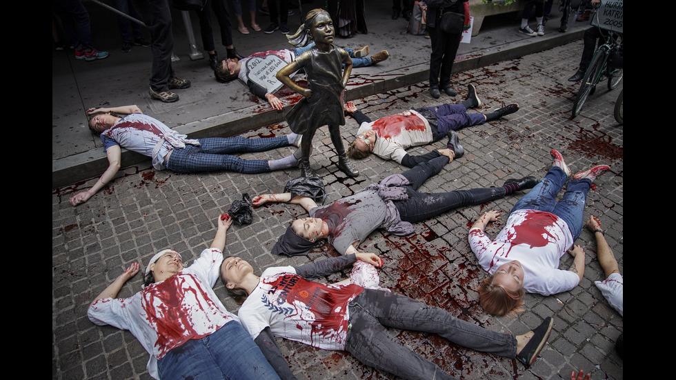 "Екоактивисти заляха с червена боя бика пред борсата на ""Уолстрийт"""