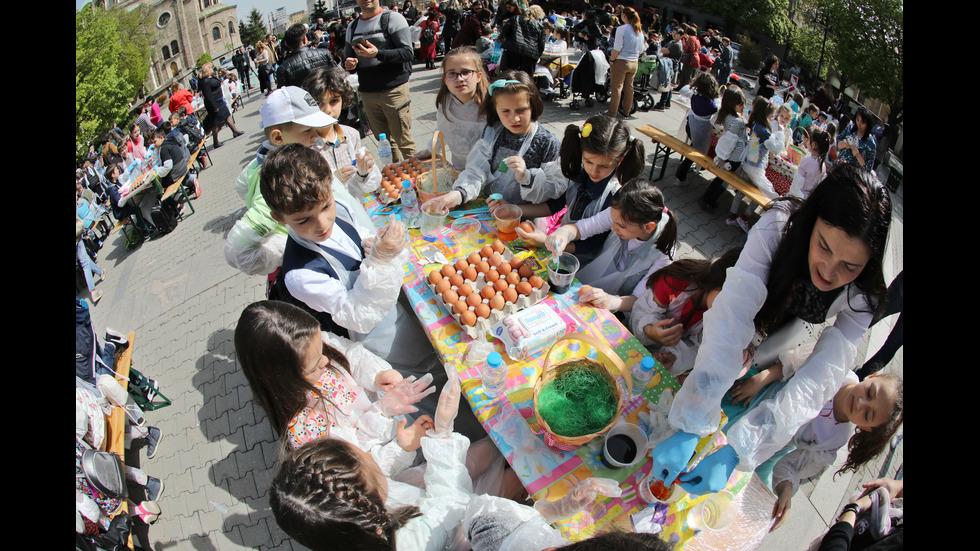 """200 деца боядисват над 1000 великденски яйца на площад """"Света Неделя"""""""