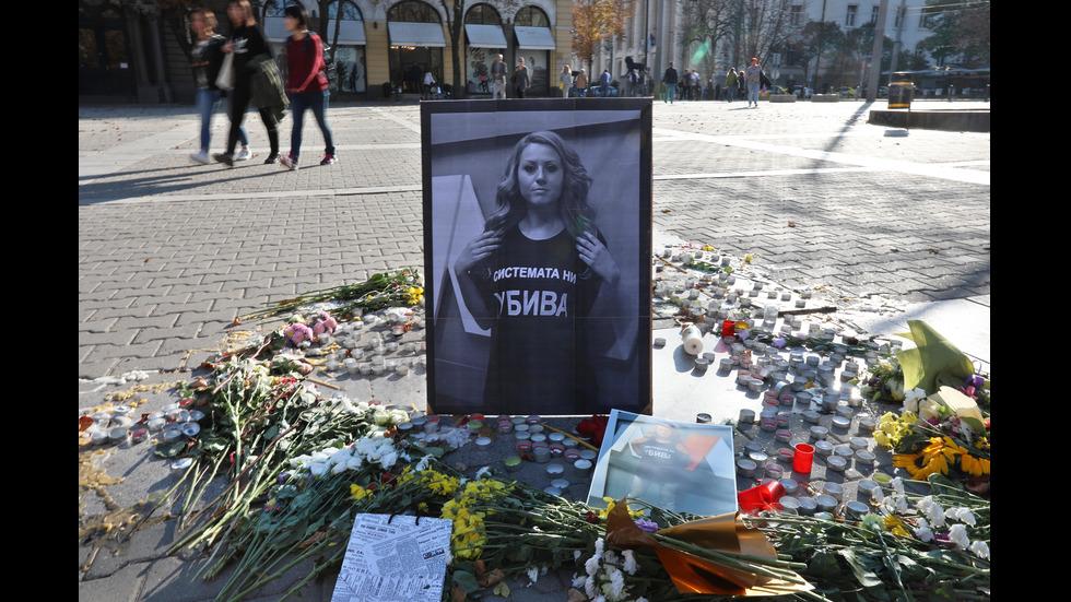 """Цветя и свещи за Виктория Маринова на площад """"Света Неделя"""""""