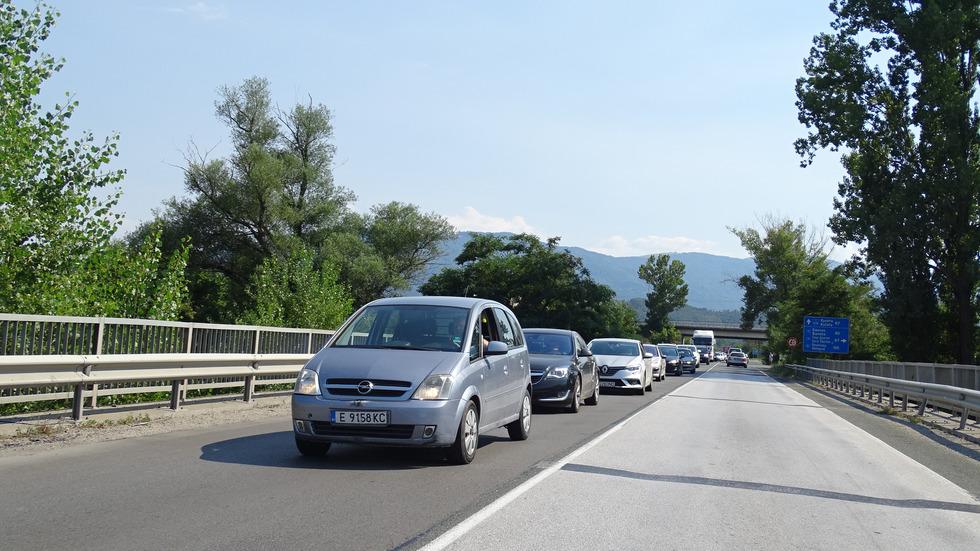 Верижна катастрофа с 4 автомобила затапи Е-79 край Симитли
